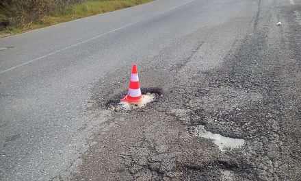 Ε.Ο Αγρινίου -θέρμου: Tεράστια λακκούβα στη μέση του δρόμου..