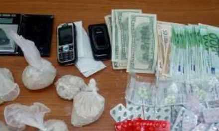 Συλλήψεις για ναρκωτικά, σιδερογροθιά, στιλέτα…