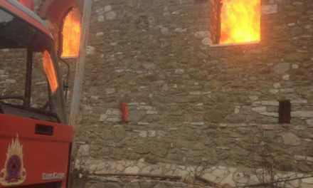 Καίγεται η Ιερά Μονή Βαρνάκοβας στη Ναυπακτία-φωτο