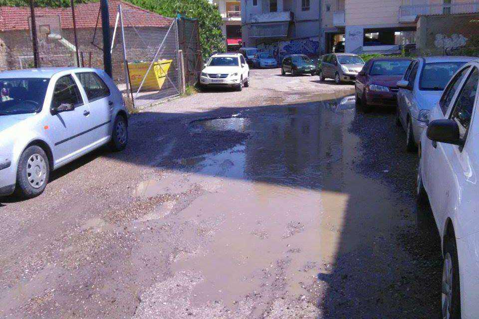 Αγρίνιο: Τριτοκοσμική κατάσταση δρόμου 100 μέτρα από την πλατεία!