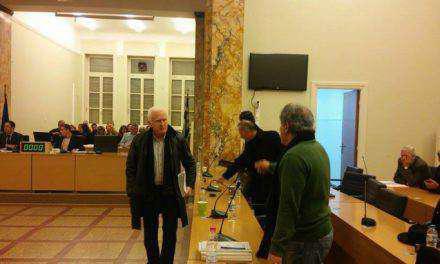 Σάλος στο δημοτικό συμβούλιο-ΒΙΝΤΕΟ-Αποχώρησε η παράταξη του Π.Μοσχολιού