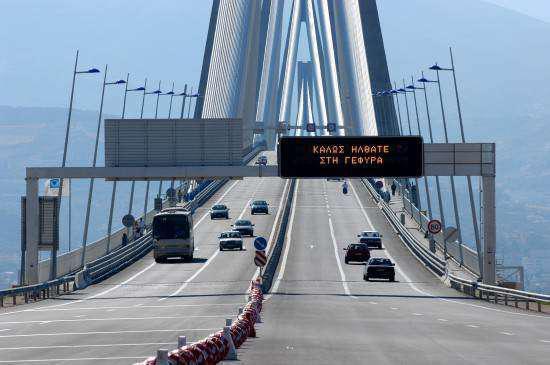 Αυτοκίνητο ντεραπάρισε στην Γέφυρα Ρίου – Αντιρρίου – Διακόπηκε η κυκλοφορία για ώρα και στα δύο ρεύματα