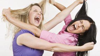 Χαμός στο Θέρμο- Γυναικοκαβγάς με βρισιές και μαλλιοτραβήγματα