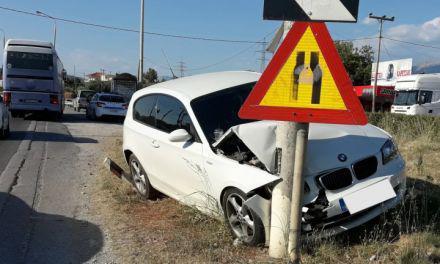 Aγρίνιο: Άγιο είχε ο οδηγός- ΙΧ καρφώθηκε σε κολώνα στην γέφυρα της Ερμίτσας!