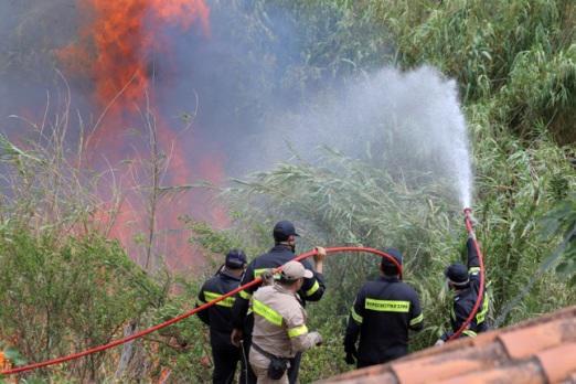 Φωτιά στο Παναιτώλιο σε κοντινή απόσταση από κατοικίες!(φωτο)