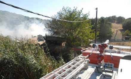 Πυρκαγιά  σε αγροτική αποθήκη στο Λεσίνι και σε καλαμιές στο Δοκίμι (φωτο)