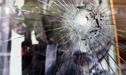 Αγρίνιο: Άνδρας πέταξε πέτρες σε τζαμαρία καφετέριας και τραυμάτισε 21χρονη στο κεφάλι