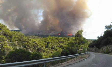Φωτιά στη Σκουτερά- Κίνδυνος από τους δυνατούς ανέμους!