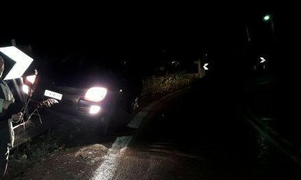 Απίστευτο τροχαίο στην Αβόρανη-Καβάλησε την προστατευτική μπάρα και καρφώθηκε σε πινακίδα!