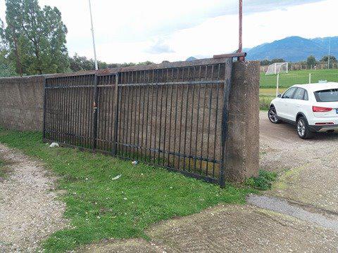 Σοκ στο γήπεδο Παπαδατών/Πόρτα καταπλάκωσε και σκότωσε 58χρονο άνδρα