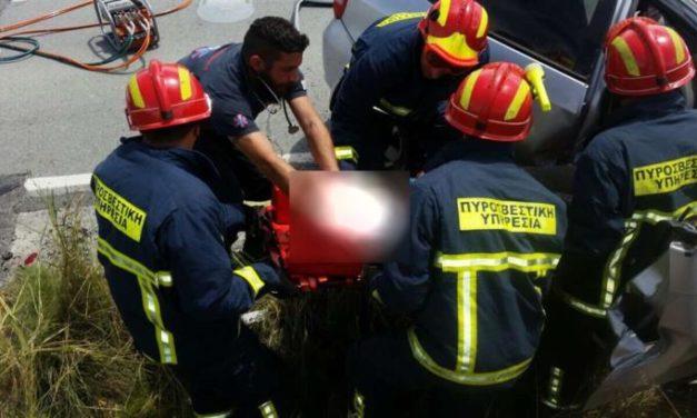 Εγκλωβίστηκε οδηγός ΙΧ μετά από τροχαίο στον κόμβο Κουβαρά