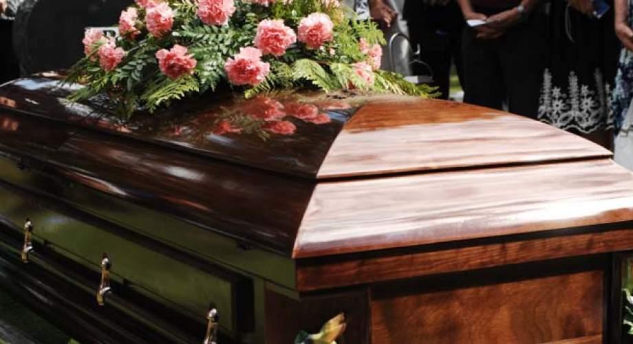 """Θέρμο: Παπάς αρνήθηκε να τελέσει κηδεία 44χρονης- Η άτυχη """"ταλαιπωρήθηκε"""" και μετά θάνατον!"""