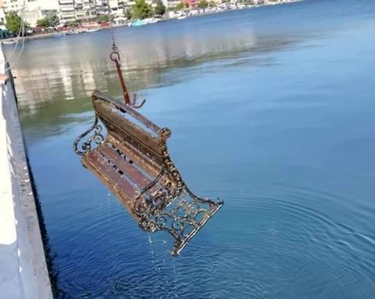 Σάλος στην Αμφιλοχία με τα παγκάκια που ρίχνονται στη Θάλασσα! (απίστευτες εικόνες)